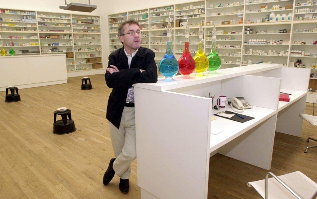 """דמיאן הירסט במיצב """"בית-מרקחת"""", מוזיאון הטייט, לונדון. צילום: סטפן רוסו"""