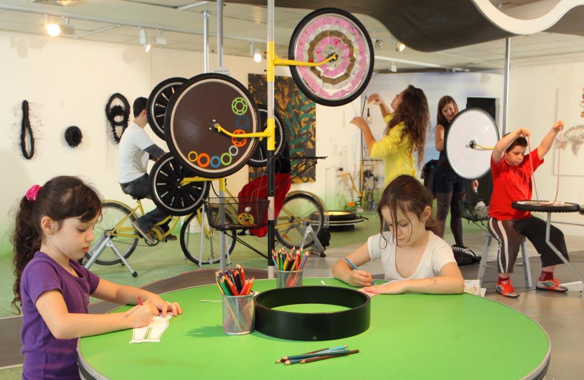 """מתוך תערוכת """"אמנות בכל אופן"""", מוזיאון תל-אביב לאמנות, 2012-2013. צילום: עודד אנטמן"""