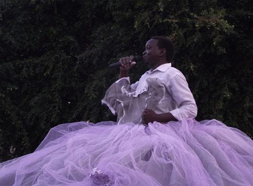 """הדס גרטמן, """"שמלת קול הנשים"""", פסל מונומנטאלי ופעולה משתפת קהל. צילום: ניצן יולזרי"""