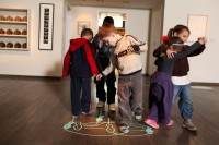 """ילדים נענים להוראות החזותיותלריקוד טנגו בתערוכה """"החיים הוראות שימוש"""""""