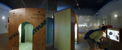 """תחושה של דבר משומש ובעל היסטוריה. ביתנים עשויים עץ בתערוכה """"זה הזמן""""."""