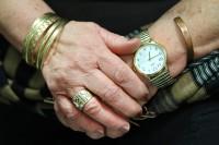 """כפות הידיים של אסתר אדדי עטורות תכשיטים. מתוך התערוכה """"הזהב של אמא"""". צילמה: חן לאופולד."""