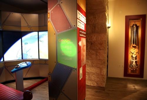 """מוצג מתערוכת """"ליאונרדו דה-וינצ'י, מדען ומהנדס"""" בצד המוצג """"גוגל ליקוויד גלקסי"""" במדעטק, חיפה. צילום: איל אמיר"""