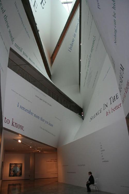 """פינה בתערוכה """"אני גם… דאגלס גורדון"""" המוצגת בימים אלו במוזיאון תל אביב לאמנות. צילום: הדר אורן"""