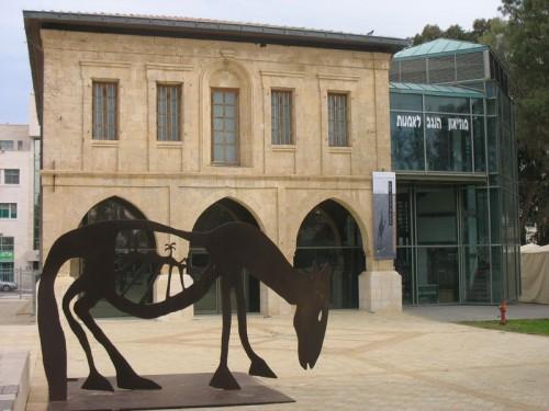 רחבת הכניסה למוזיאון הנגב לאמנות. בתמונה: קדישמן, מנשה, ארץ מולדת, 1994, פלדת קורטן, אוסף מוזיאון הנגב לאמנות. צילום: עודד פדר