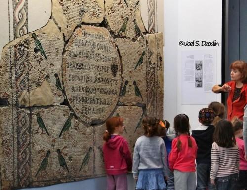 הדרכה לגן ילדים במוזיאון ישראל. צילום: ג'ואל דזודין