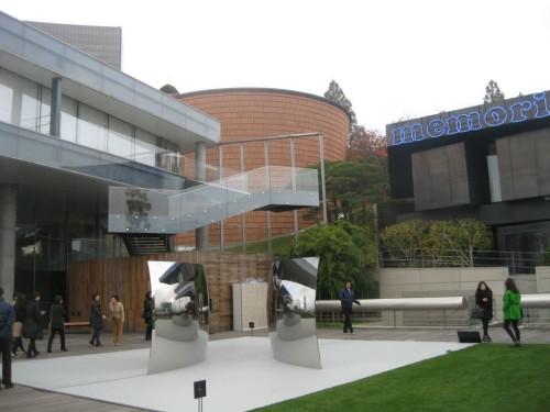 ליאוּם – מוזיאון סמסוּנג לאמנות, סיאול, קוריאה הדרומית. מימין – מוזיאון 2 לאמנות מודרנית ובת זמננו שתכנן ז'אן נוּבֶל; במרכז – מוזיאון 1 לאמנות קוריאנית עתיקה שתכנן מריו בוֹטָה; משמאל – האגף לתערוכות מתחלפות שתכנן רֶם קולהאס, וגן הפסלים. צילום: רחל שליטא
