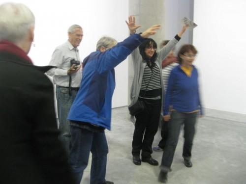 חברות הקבוצה מגיבות לתערוכה. צילום: רחל שליטא