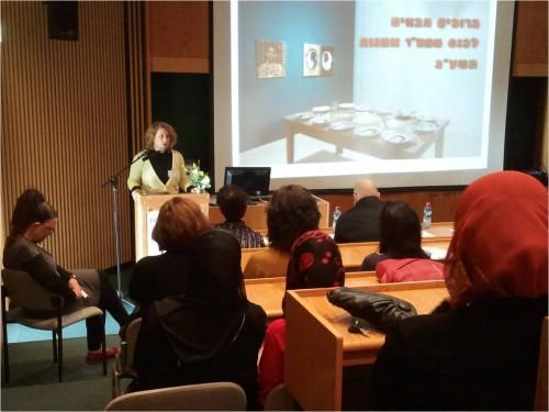 """סיגל ברקאי נושאת דברים בכנס מפמ""""ר בתפן. 2011. צילום:?"""