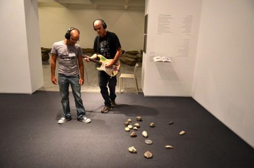ליווי מוזיקלי אישי מוזיקאי ומבקר משוטטים יחד ברחבי המוזיאון. לשניהם יש אוזניות. הם מהלכים יחד, זה ליד זה, בצד זה, לפני או מאחורי. המוזיקאי מרגיש את האדם שלצדו ומנגן את מה שהוא חש באותו הרגע. מערכת יחסים אמיצה מתגבשת בתוך עשר דקות בלבד. צילום: יפים ברבלט. מוזיקאי: דן תורן