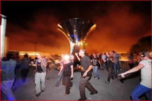 """מסיבת אוזניות בשקט מוחלט מסיבה עם 1,000 אוזניות על מרפסת העיר בצד פסלו המרהיב של אניש קאפור """"היפוך העולם ירושלים"""". צילום: יפים ברבלט"""
