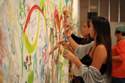 אימא, אני מציג במוזיאון ישראל האמן אלי פטל עם סטודנטים מהמחלקה לאמנות בבצלאל מאפשרים למשתתפים להתבטא ולהטביע את רישומם ואת התרשמותם על קירות הגלריה. צילום: יפים ברבלט