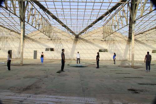 """נערי פרוייקט במדבר, במפעל אופ-אר, 2010. יוסף ז'וזף דדון (מתוך היצירה """"אופקים"""")"""