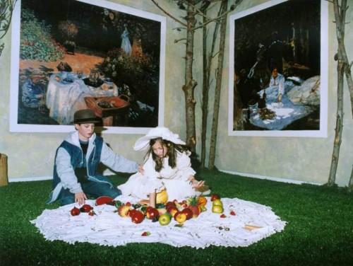 """תלבושות לפי ציור של קלוד מונה, מתוך התערוכה """"אוכל"""" באגף הנוער, מוזיאון ישראל, ירושלים. צילום:?"""