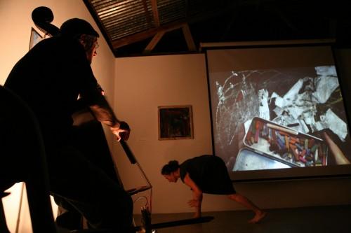 מופע רב-תחומי בגלריה ברבור, מנופים 2012, קונטרבס: ז'אן קלוד ג'ונס, אנימציה חיה: ליאורה וייס, ריקוד: ענת שמגר. צילום: ניר שאנני