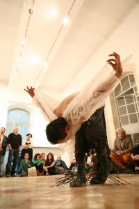 ערב פתיחת מנופים, פוטופואטיקה בגלריה החדשה של בית הספר מוסררה, פרפורמנס של הרקדן והאמן היפני טאקאנורי קווהאראדה. צילום: ניר שאנני