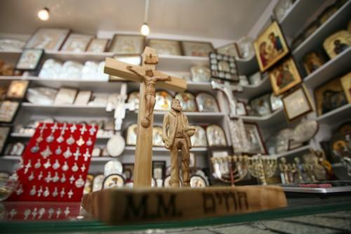 """""""חוזים"""", מוטי מזרחי, 2011, עבודה שהוצגה בחנויות הסוחרים בעיר העתיקה במסגרת התערוכה """"סובנירים"""", תערוכת מנופים במוזיאון מגדל דוד ובחנויות הסוחרים ברובע הנוצרי. צילום: ניר שאנני"""