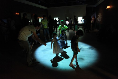 """ילדים והוריהם בפעילות משותפת במוצג של בוריס אויכרמן בתערוכה """"משחקי אור וצל"""". צילום: ששון תירם"""