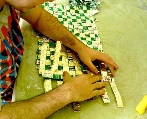 אריגת שטיח מעטיפות נובלס (מתוך פרויקט הגמר של אילן בלישה). אריגה היא מהמלאכות העתיקות בעולם, והמצאתה מיוחסת למצרים. צילום: נטע אלקיים