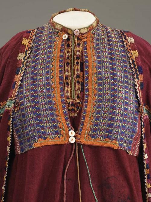פרטים מתוך שמלת כלה מכורדיסתאן. האגף לאמנות ותרבות של מוזיאון ישראל. צילום: מאורו מליאני