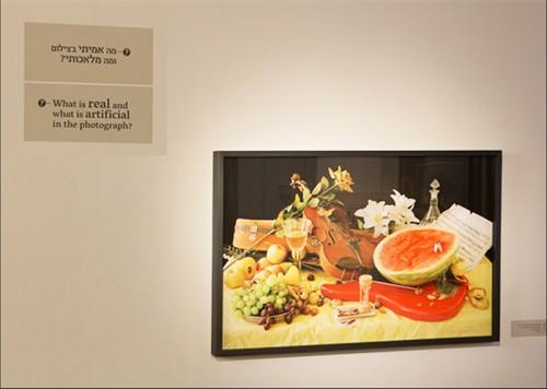 """עינת עריף-גלנטי, """"דומם עם אבטיח וגיטרה חשמלית"""". צילום: עודד אנטמן, מוזיאון ישראל"""