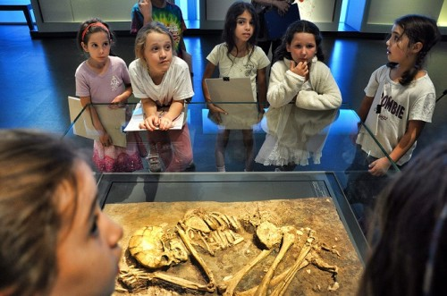 ילדים בהדרכה במוזיאון. יום שני 18:00. יוני 2014. צילום: בני מאור