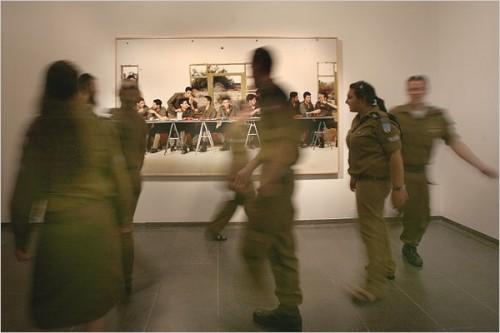 """חיילים בהדרכה מול תצלום של עדי נס """"זמן אמת – אמנות ישראלית 1998–2008"""", מוזיאון ישראל, ירושלים, 2008, מוזיאון ישראל. צילום באדיבות: BFAMI"""