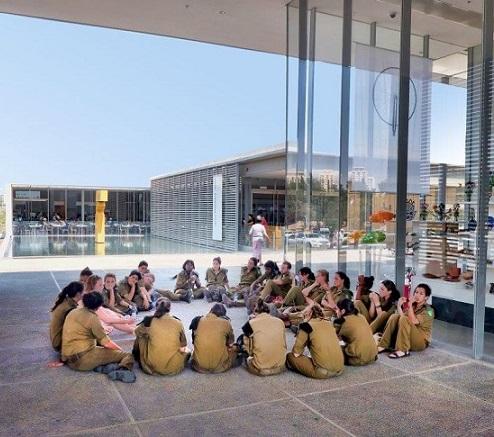 בכניסה למוזיאון ישראל. צילום: בני מאור