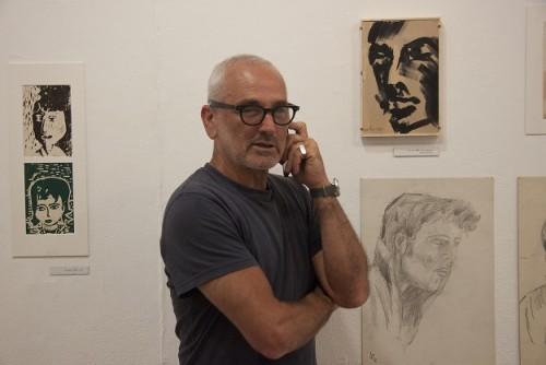גבי קלזמר וציורי ילדותו באגף הנוער, מוזיאון ישראל, 2015. צילום: ענת ברזילי