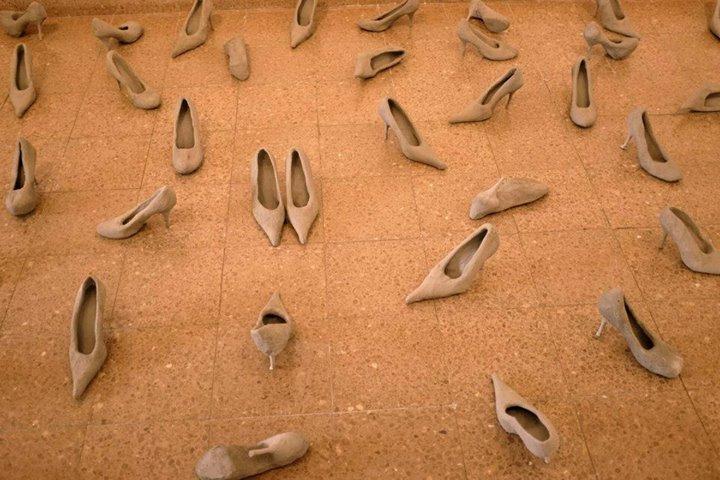 """חנאן אבו-חוסיין. """"שדה נעליים"""", מיצב יציקות בטון, 2013–2015. צילום: בוריס אויכרמן"""