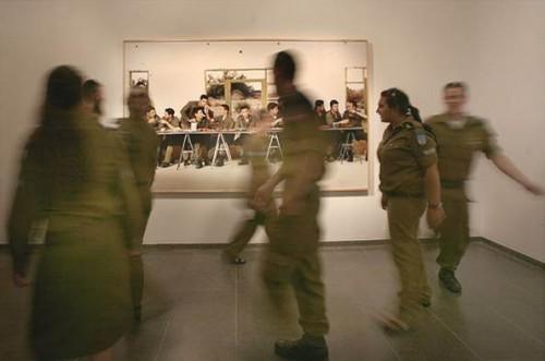 """חיילים מול תצלום של עדי נס, """"זמן אמת – אמנות ישראלית, 1998–2008"""", מוזיאון ישראל, ירושלים. צילום: באדיבות BFAMI"""