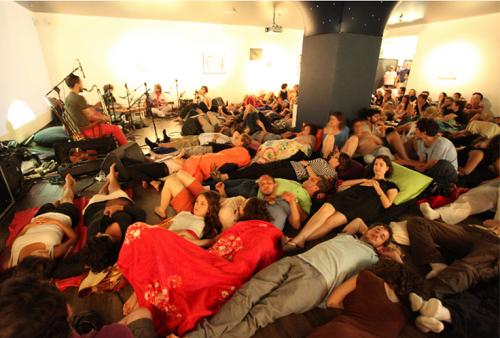 """קונצרט לילי מדיטטיבי בתערוכה """"לילה טוב"""" באגף הנוער, עם המוזיקאי נועם ענבר, 2014. צילום: אהרון ברק"""