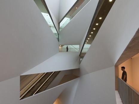 """מוזיאון תל-אביב, """"מפל האור"""". צילום: עמית גורן"""