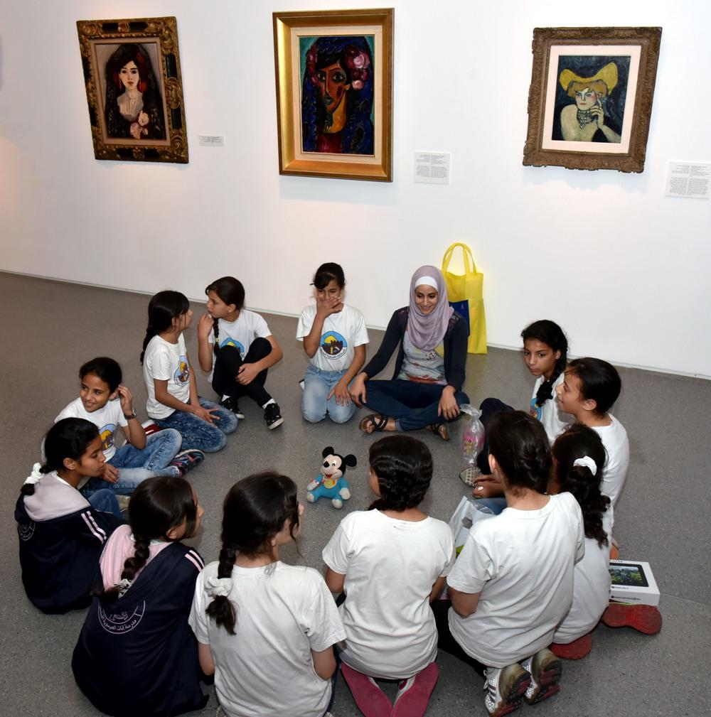 תלמידות כיתה ה' מבית-הספר היסודי לבנות בעיסאוויה משוחחות על רגשות לצד יצירות שונות של פבלו פיקאסו, מוזיאון ישראל, 2016. צילום: אחמד אלסייד