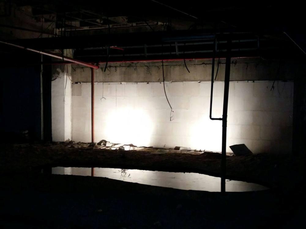 """אוהד אשר, """"הידרוספירה"""", יריעות PVC, צינורות, פסולת בניין ומים, 2013"""